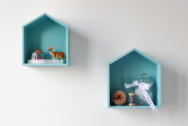 Des étagères en forme de maisons
