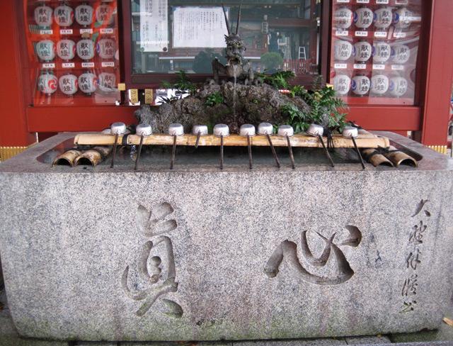 Une fontaine gardée par un dragon au Japon