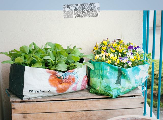 DIY pot de fleurs pas cher dans un sac de courses