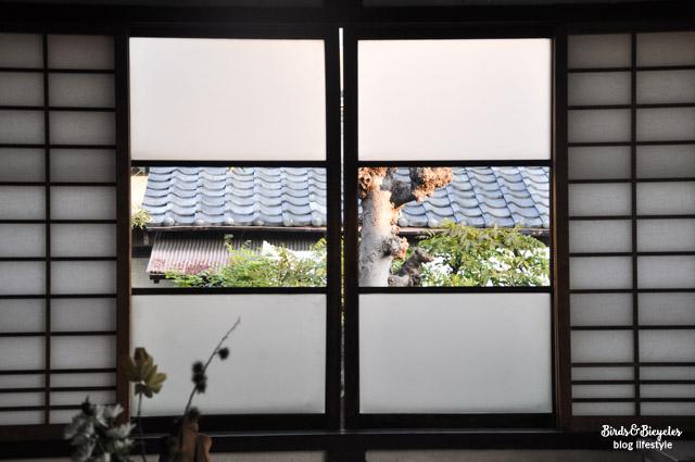 Panneau en papier devant les fenetres sur une maison typiquement japonaise