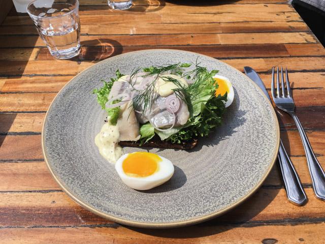 Où manger un smørrebrød à Copenhague? Une bonne adresse sur le blog voyage et lifestyle Birds & Bicycles