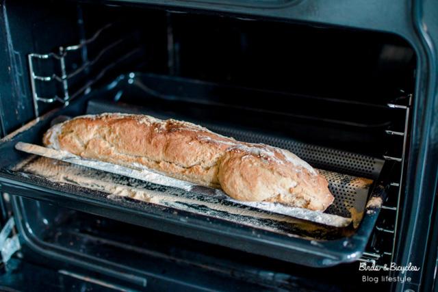 Baguette faite maison grâce à un moule en métal. Idée trouvée dans le livre de cuisine DIY, Je réussis mes pains, yaourts, fromages... sans machine