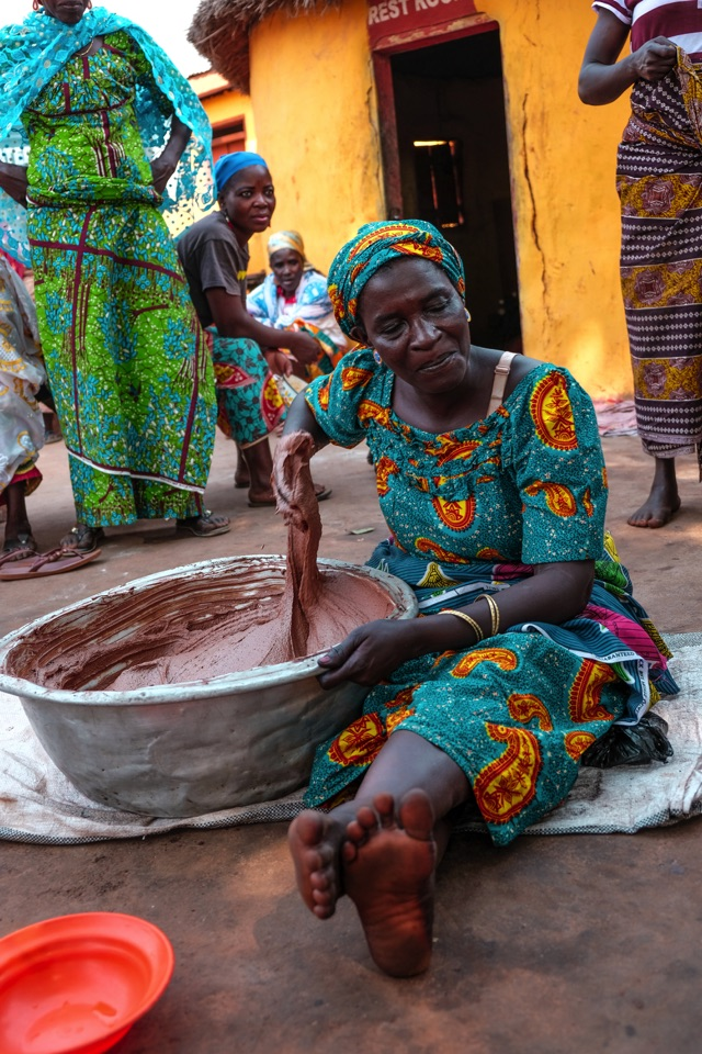 Femme de l'asso Tungteiya travaillant le beurre de karité pour The Body Shop