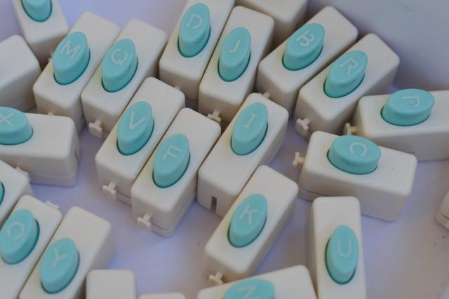Lettres du mini Letter Punch board à mots de We R Memory Keepers