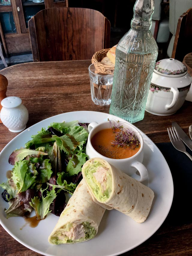 Un wrap au café la Chambre aux oiseaux à Paris