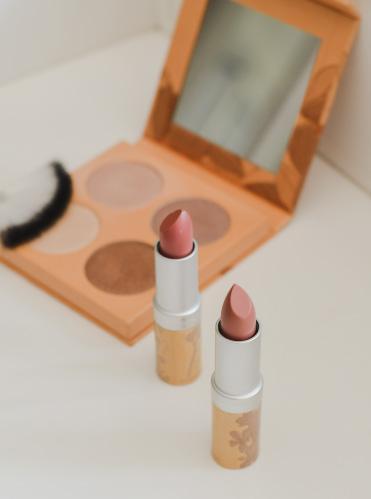Palette d'highlighter bio et rouges à lèvres nude: revue de maquillage naturel chez Couleur Naturel
