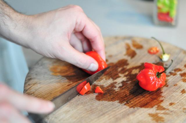 Préparer son huile piquante à pizza à la maison, c'est facile et économique!