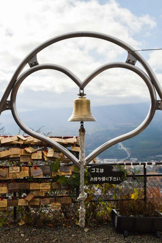 La cloche en forme de coeur sur le Mont Kachi Kachi au Japon