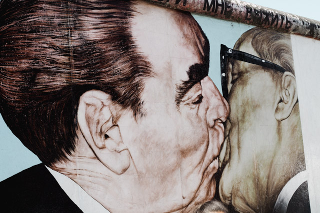 "East Side Gallery, ""The Kiss"""