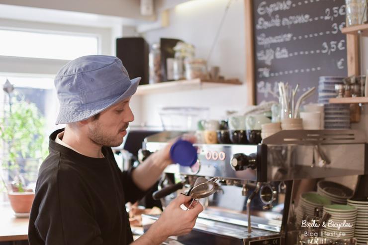 Adresses de cafés à Mulhouse: chez Kohi, coffee shop. En photo, Clément, barista passionné par le bon café