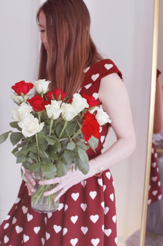 Romantique: bouquet de roses et robe à coeurs