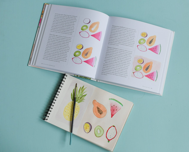 Dans ce livre pour apprendre l'aquarelle, il y a 40 tutoriels pas à pas pour peindre des fleurs, des fruits, et même des personnages avec un twist moderne.