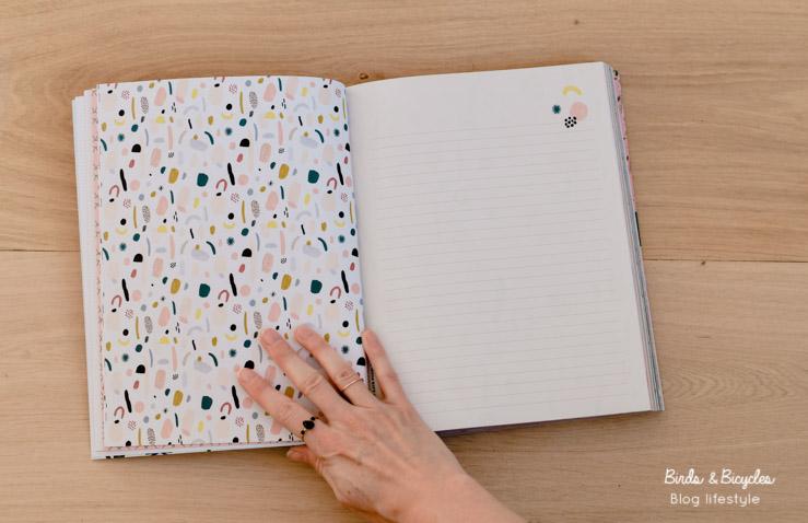 Beaux papiers dans un livre