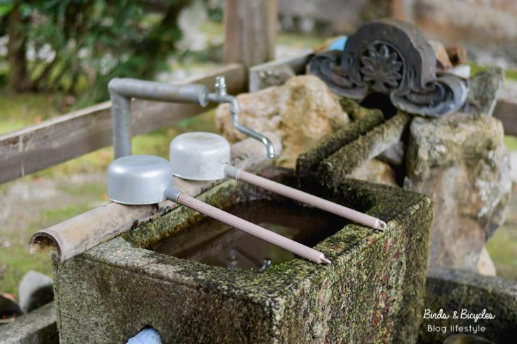Les louches pour se purifier dans les temples shinto au Japon