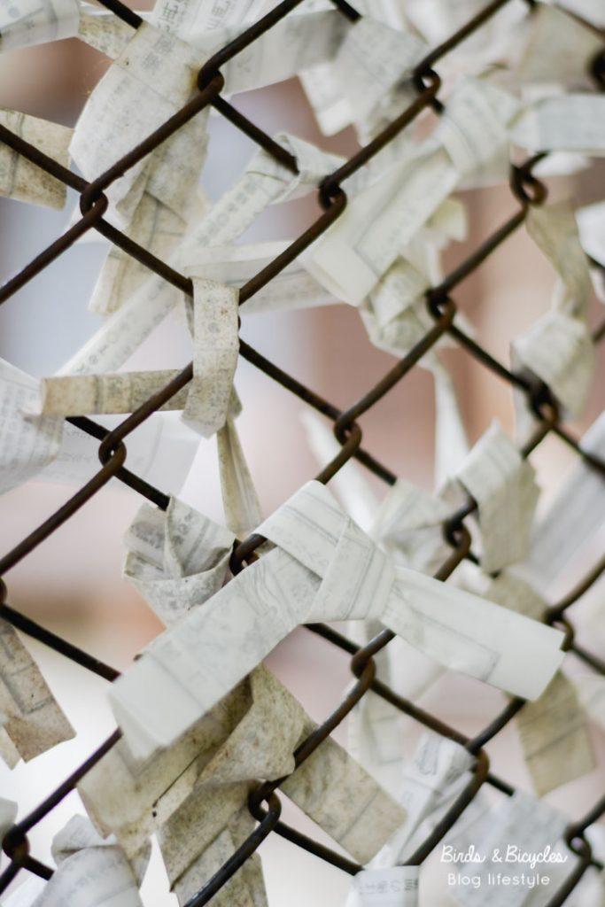 Des voeux de papier dans un temple à Kyoto