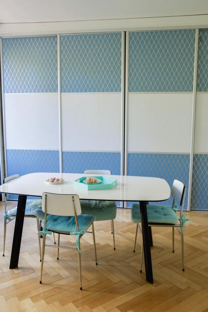 La salle à manger avec des chaises en formica chinées