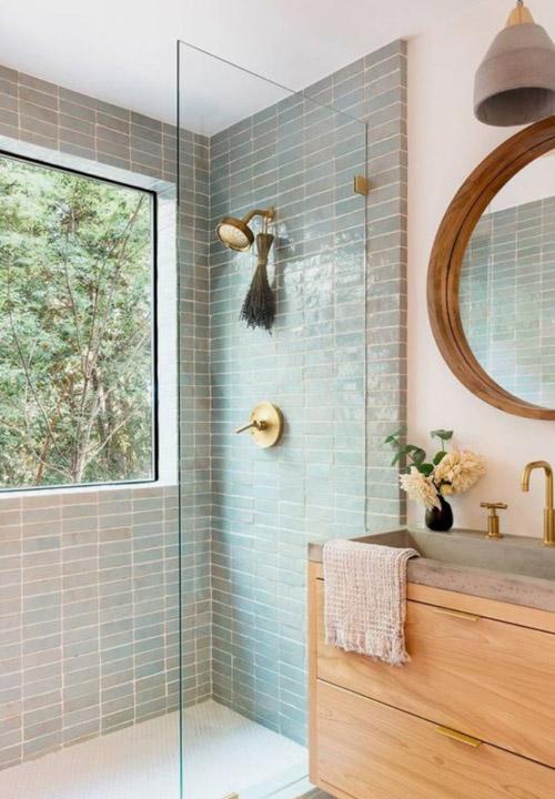 De la lumière, du bleu et une touche de bois. La salle de bain idéale!