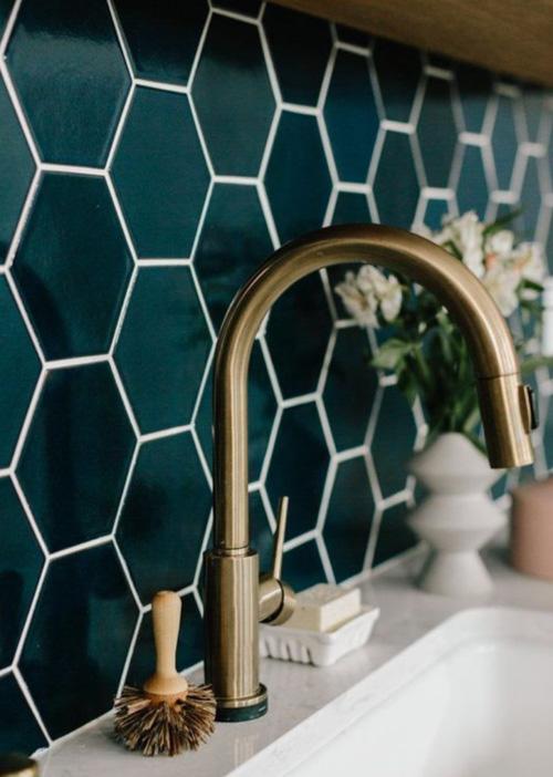 Tendance: le laiton sur les robinets. J'adore.