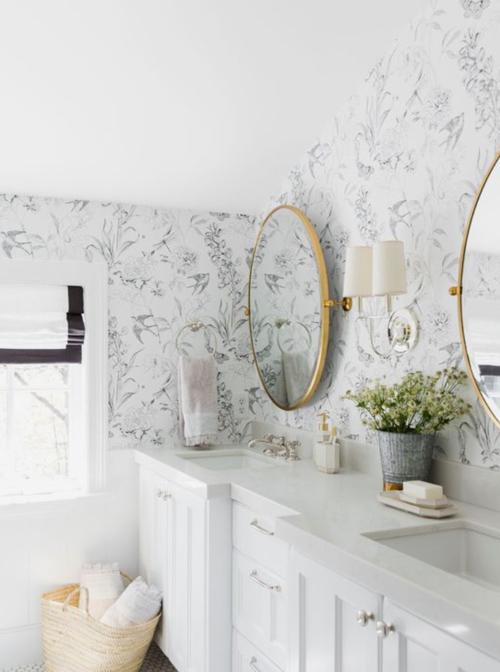 Du papier peint adorable dans la salle de bain
