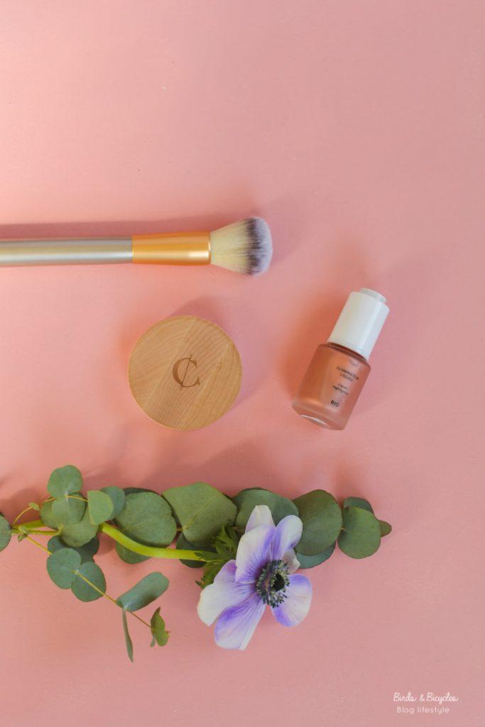 Pour compléter ma trousse pour le teint en beauté naturelle, j'ai testé deux produits de maquillage bio chez Couleur Caramel.
