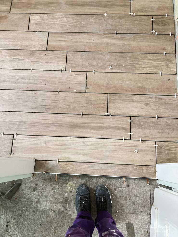 Carrelage faux-bois de la salle de bain - rénovation maison sur le blog